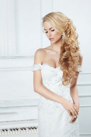 Portrait of the bride with long locks.